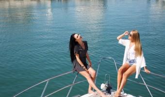 Девушки на яхте казино